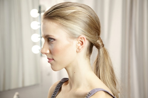 tóc đuôi ngựa đáng yêu và trẻ trung khi đi dự tiệc