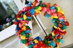 Cách làm vòng nguyệt quế rực rỡ sắc màu từ bóng bay bị vỡ cho Giáng sinh-5