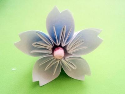 Cách xếp hoa anh đào bằng giấy 9